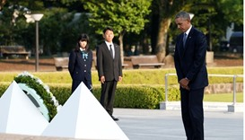 US President Barack Obama closes his eyes as he lays a wreath at a cenotaph at Hiroshima Peace Memor
